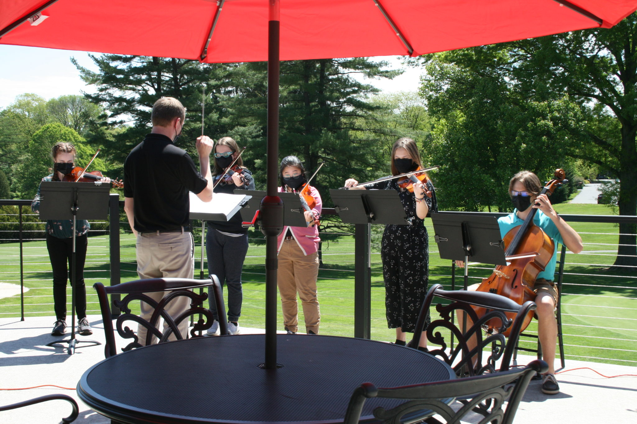 orchestra playing music at golf tournament